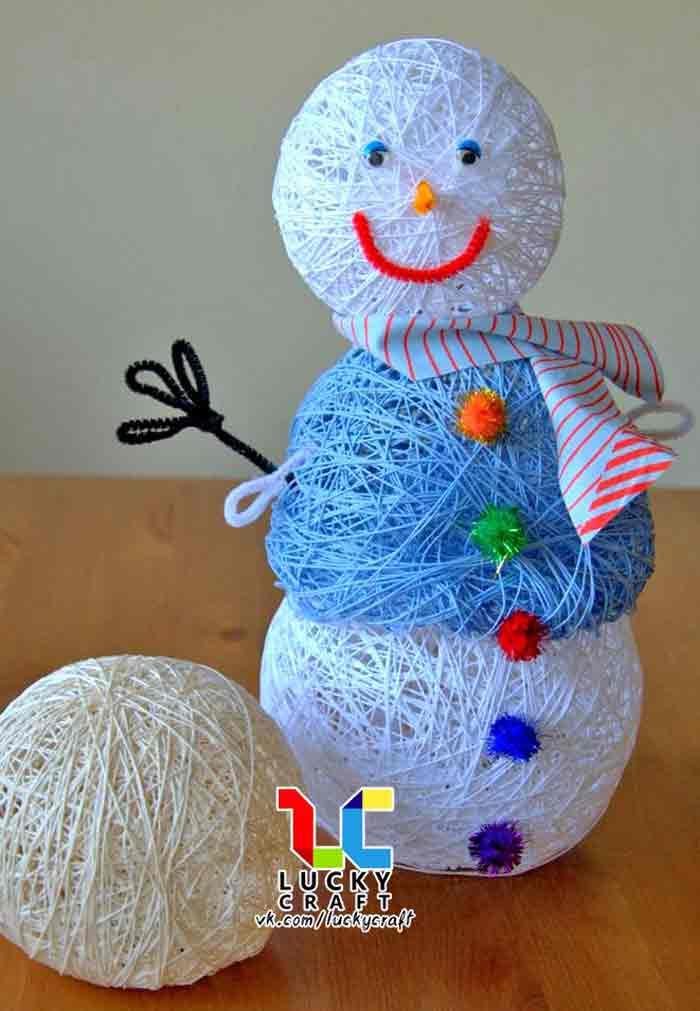 Новогодний снеговик из ниток и шаров