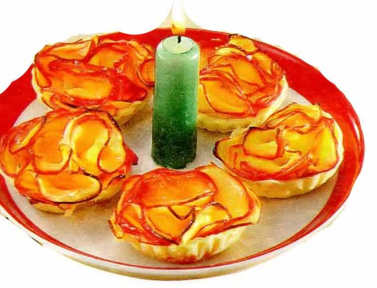 Розы из яблок на новогодний стол